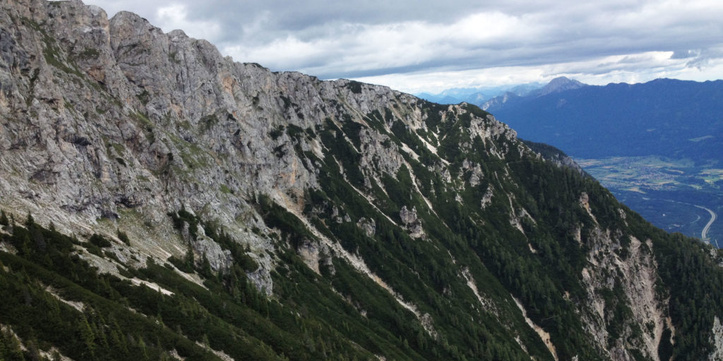 Blick in die Südseite mit Fels-Abbruch.