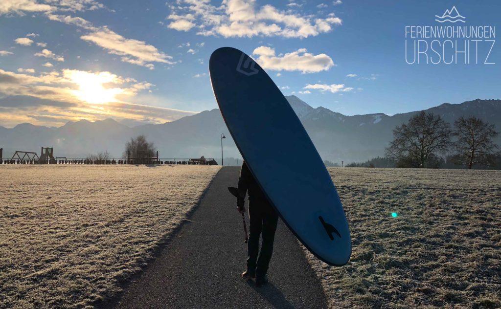 Der Weg zum winterlichen SUP-Abenteuer über die Drobollacher Seepromenade zum Faaker See.