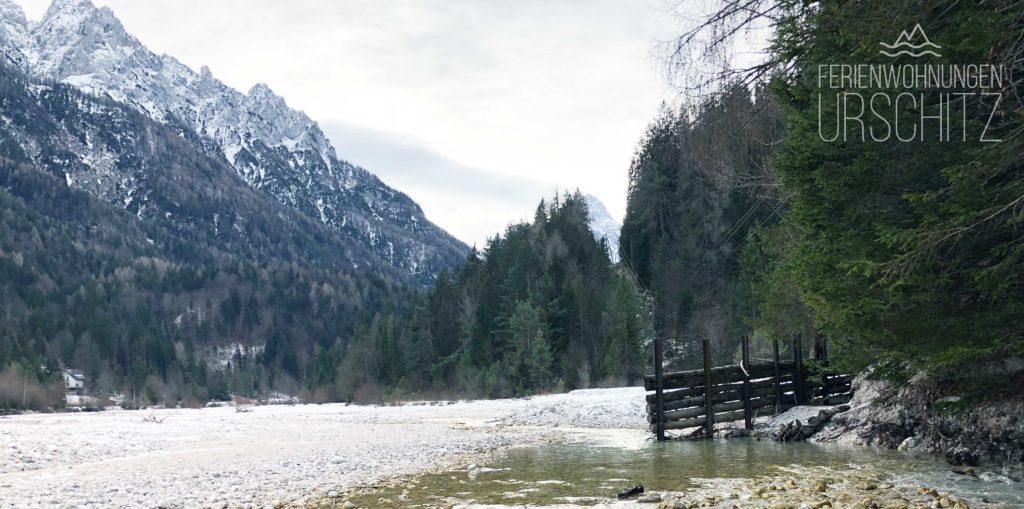 Ausflug zum Jasna See in Kranjska Gora/Slowenien von Villach/Drobollach/Ferienwohnungen Faaker See. Blick in die Julischen Alpen und auf den Fluss beim See.